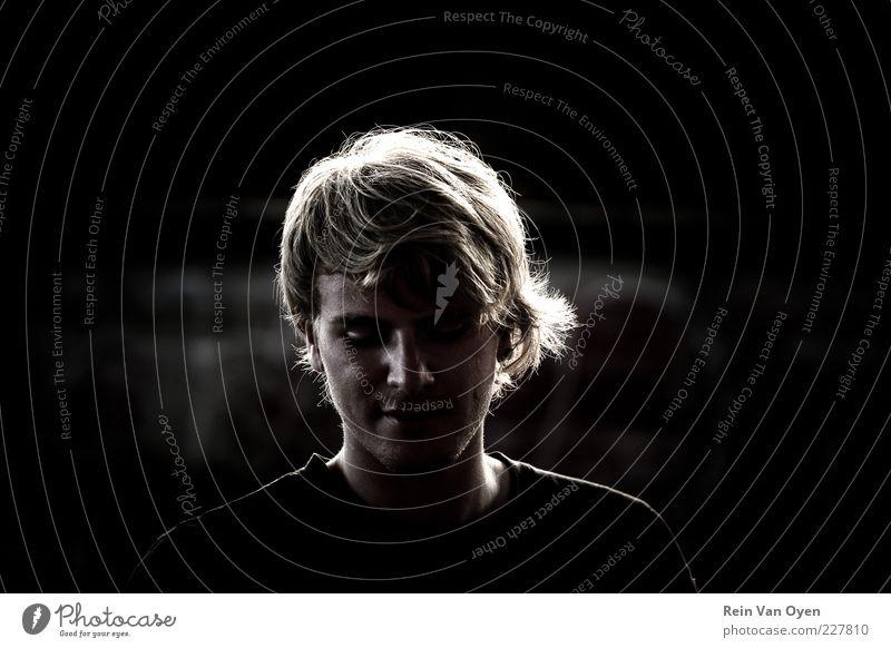 Porträt eines Sommerabends Mensch maskulin Junger Mann Jugendliche Erwachsene Gesicht 1 18-30 Jahre T-Shirt Hemd blond Lächeln lachen trashig schwarz weiß