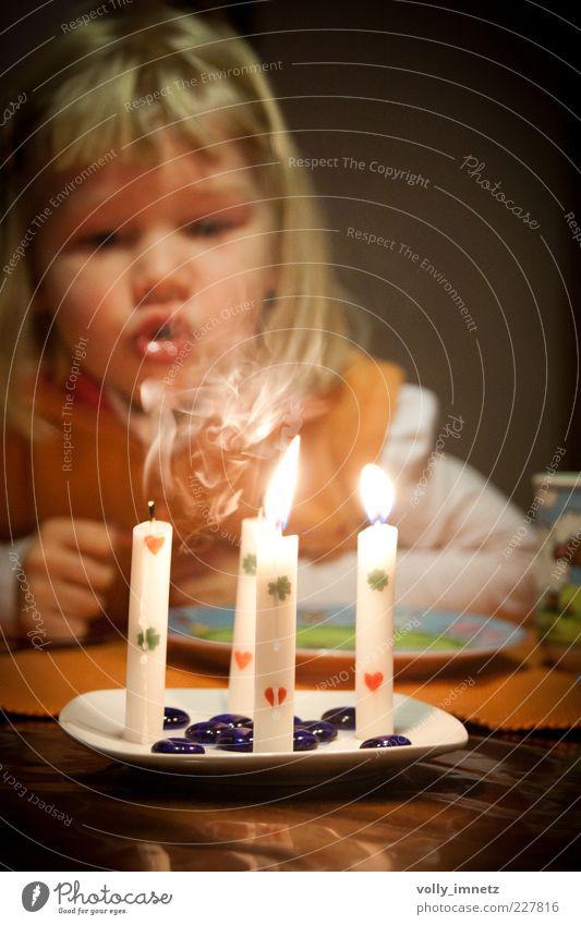 4 Mensch Kind weiß schön gelb Leben klein Glück Feste & Feiern Kindheit blond Herz Geburtstag Dekoration & Verzierung Kerze Neugier