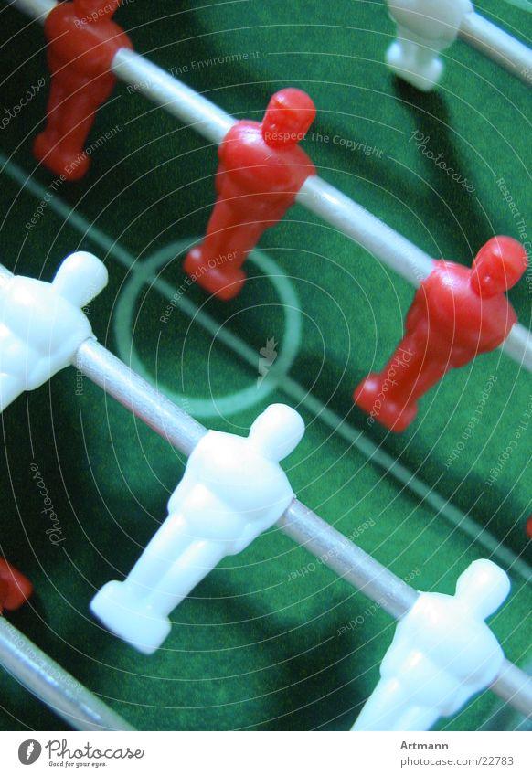Kieek' mal Spielen Sportmannschaft Fußballer Tischfußball Mittelkreis Vogelperspektive rot-weiß Stab Farbfoto