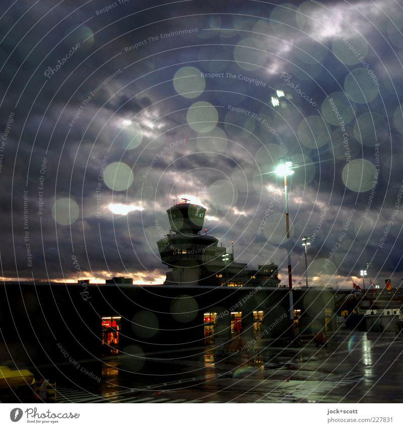Otto Lilienthal steht im Regen Wassertropfen Nachthimmel Klimawandel Flughafen Berlin-Tegel Hauptstadt Turm Gebäude Flugplatz Tower (Luftfahrt) Flugzeugausblick