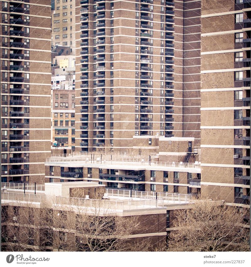 Balkonblicke Stadt Haus Hochhaus trist eng New York City Plattenbau hässlich Ghetto Wohnsiedlung beklemmend USA überbevölkert Neubaugebiet Ziegelbauweise