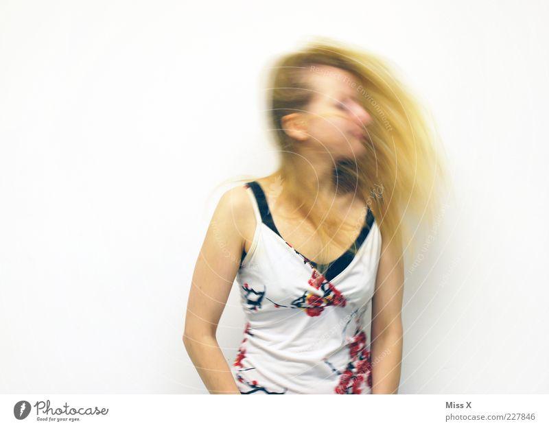 Schüttel dein Haar Mensch feminin Junge Frau Jugendliche Haare & Frisuren 1 18-30 Jahre Erwachsene blond langhaarig schütteln Bewegung Kopfschütteln Farbfoto