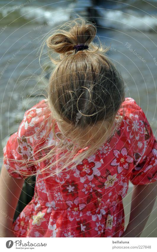 Ich, der Farbklecks. Sommer Strand Meer Wellen Wasser Wind Farbfoto mehrfarbig Außenaufnahme Tag Blick nach unten Haare & Frisuren Haarsträhne Sommerkleid