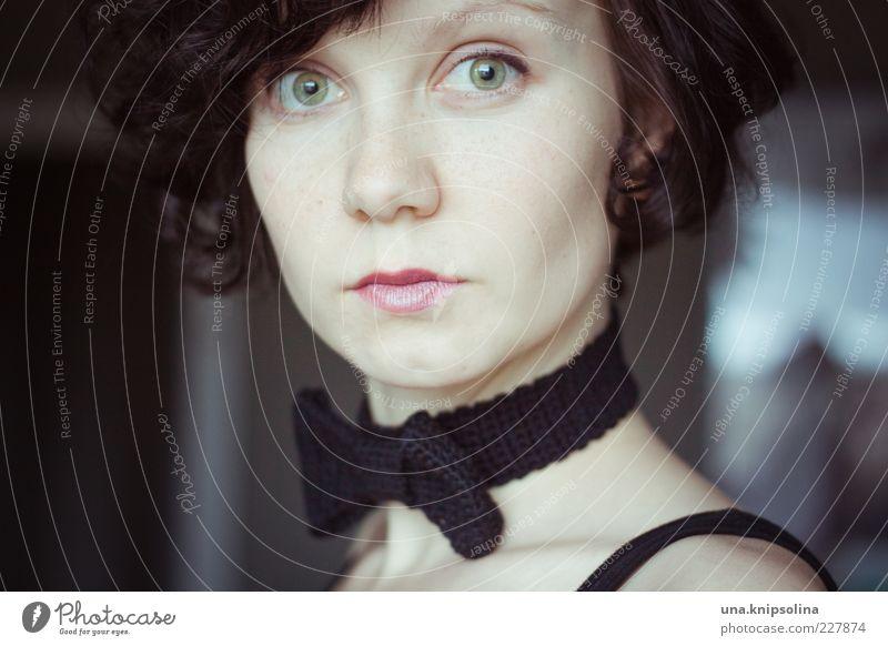 komm erzähl mir was von liebe Frau Mensch Jugendliche Auge feminin Erwachsene Mode einzigartig Locken brünett 18-30 Jahre Junge Frau Kostüm Accessoire
