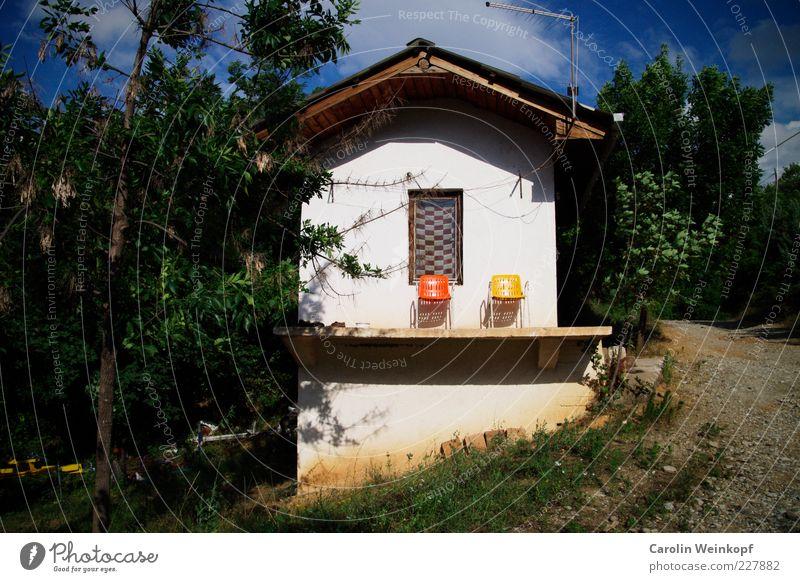 Platz an der Sonne. Baum Sommer Haus gelb Erholung Wand Fenster Stil Mauer orange Zusammensein Fassade Design Häusliches Leben Stuhl Idylle