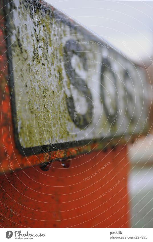 Save our Souls weiß grün Regen orange dreckig nass Wassertropfen Telefon Sicherheit Technik & Technologie Buchstaben trashig Moos Säule Hilferuf SOS