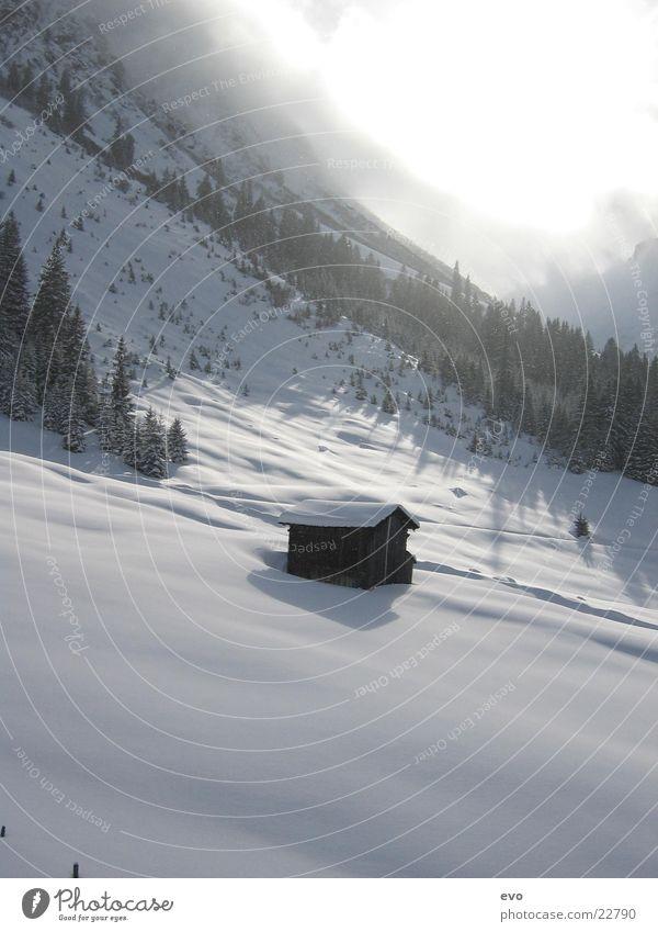 Hütte im Schnee Sonne Wolken Berge u. Gebirge Alpen Schneelandschaft Neuschnee