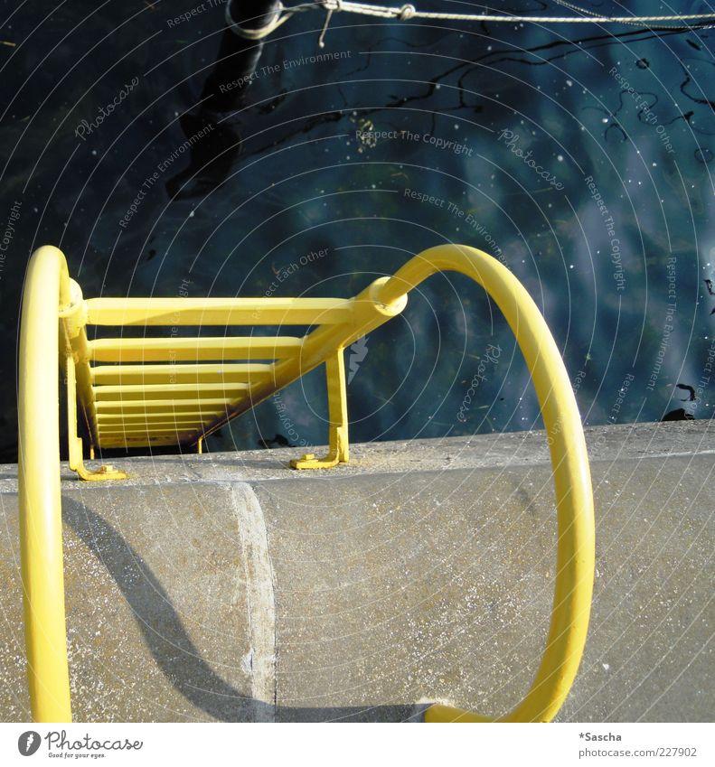 Je höher hinaus... Schwimmbad dreckig kalt Angst Treppengeländer Wasser Schnur Pfosten Knoten Leiter Leitersprosse Abstieg gelb grau blau Beton