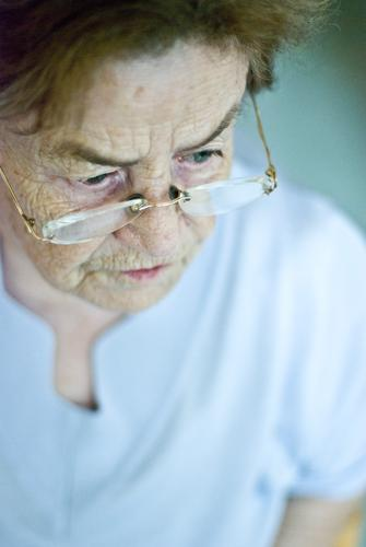 Oma Mensch Frau Erwachsene Weiblicher Senior Großmutter Leben 1 60 und älter Brille Haare & Frisuren brünett alt achtsam Vorsicht Gelassenheit geduldig ruhig