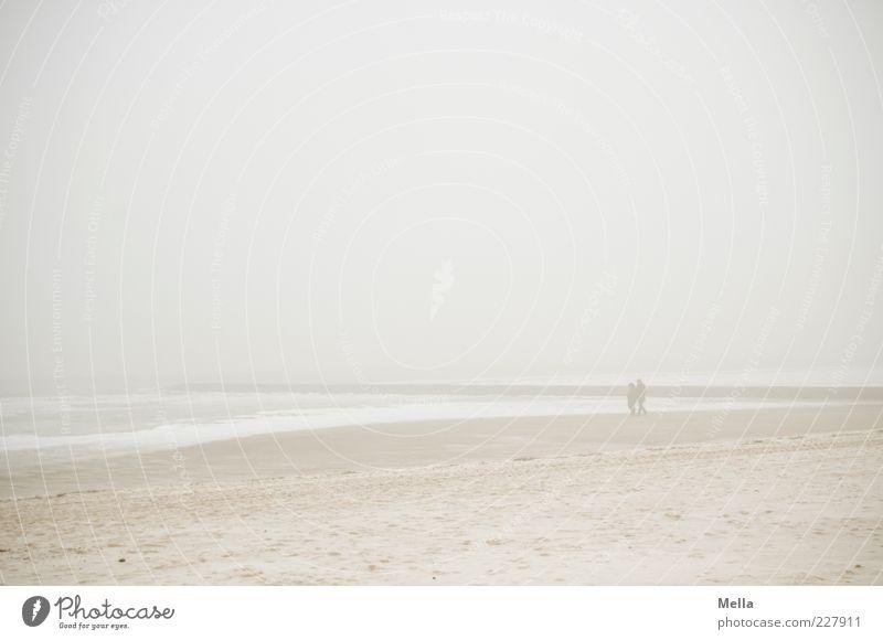 Wintersee Mensch Paar 2 Umwelt Natur Landschaft Sand Luft Himmel Klima Wetter Nebel Eis Frost Küste Strand Nordsee Meer gehen hell kalt trist grau Stimmung