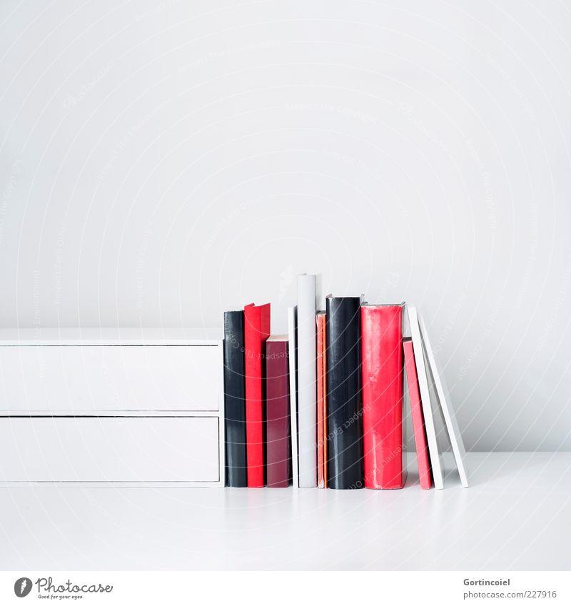 Literatur Bildung Arbeitsplatz hell rot weiß Lesestoff Buch Printmedien Farbfoto Innenaufnahme Studioaufnahme Textfreiraum oben Hintergrund neutral mehrere