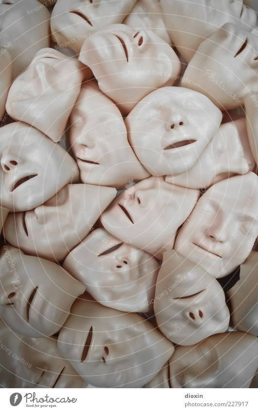 faces androgyn Gesicht Auge Nase Mund Kunststoff gruselig trashig Angst Verzweiflung Silikon Maske Farbfoto Innenaufnahme Menschenleer viele bewegungslos