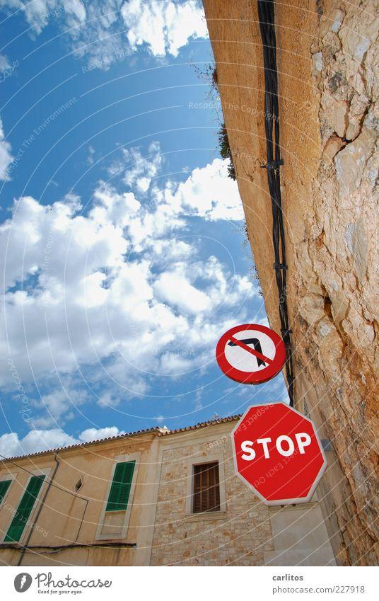 Wer bremst, ist feige Wolken Haus Verkehrszeichen Verkehrsschild alt Ordnungsliebe Mallorca Fensterladen Naturstein Natursteinfassade blau grün rot abbiegen