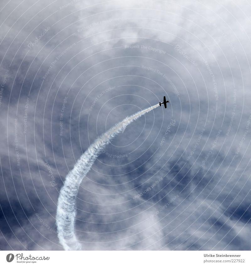 Kurve kratzen Luft Himmel Wolken Fluggerät fliegen Geschwindigkeit Kondensstreifen Abgas Kurvenlage Unendlichkeit Freiheit Kunstflug Kunstflugfigur Flugschau