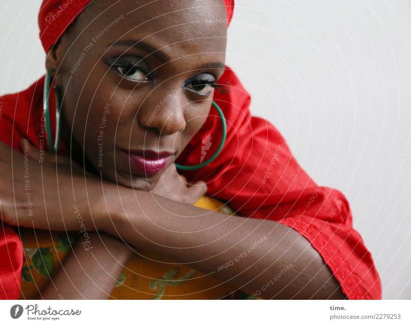 Tash Sessel feminin Frau Erwachsene 1 Mensch Kleid Schmuck Ohrringe Kopftuch beobachten Denken festhalten Blick warten außergewöhnlich elegant schön