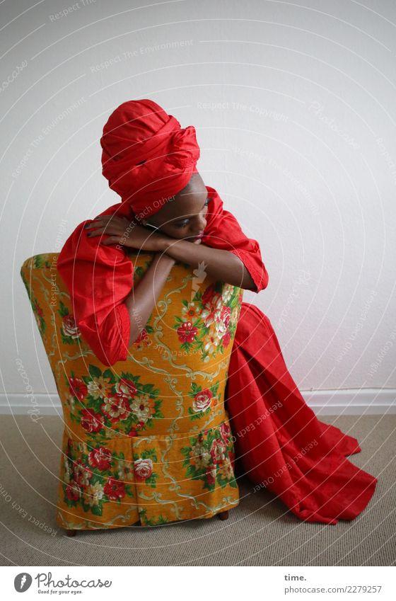 Tash Sessel Raum feminin Frau Erwachsene 1 Mensch Kleid Kopftuch Erholung festhalten sitzen träumen außergewöhnlich elegant schön rot Leidenschaft Geborgenheit