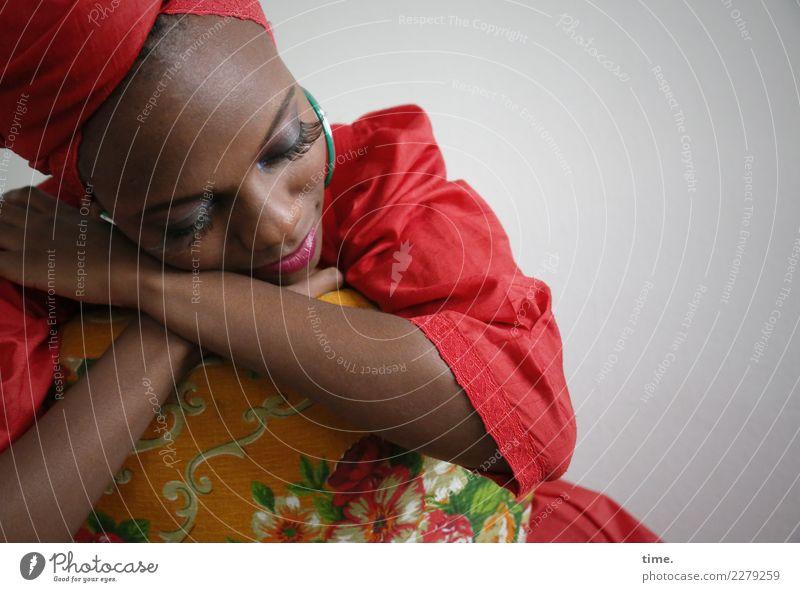Tash Sessel feminin Frau Erwachsene 1 Mensch Kleid Schmuck Ohrringe Kopftuch Erholung festhalten Lächeln schlafen träumen Freundlichkeit schön Wärme