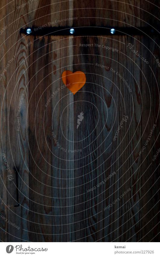 Outdoor Klo Klohäuschen Plumpsklo Toilette Holztür Tür Holzwand Herz herzförmig dunkel orange Sanitäranlagen Farbfoto Außenaufnahme Kunstlicht Licht