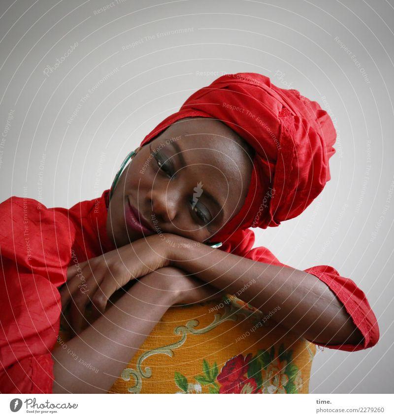 Tash Sessel feminin Frau Erwachsene 1 Mensch Kleid Schmuck Kopftuch beobachten Erholung festhalten genießen Lächeln träumen authentisch elegant Freundlichkeit
