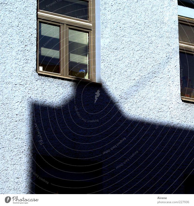 Nur Mut, kleine Lampe! blau Haus schwarz Fenster Glas Fassade Jalousie