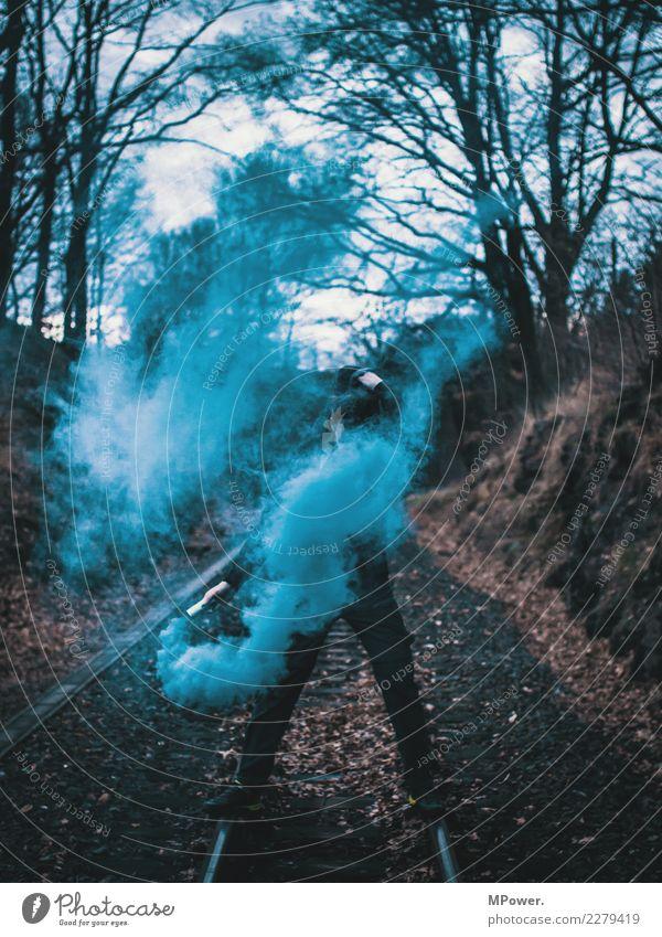 dampfmacher Mensch Mann Erwachsene 1 18-30 Jahre Jugendliche Umwelt Feuer Nebel festhalten dunkel Mut Tatkraft Wut gereizt Frustration trotzig Aggression Gewalt