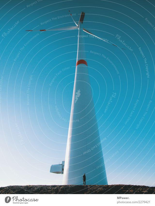 gigantisch Mensch Himmel blau klein Energiewirtschaft Technik & Technologie Zukunft hoch Turm Wolkenloser Himmel Windkraftanlage Fortschritt Windrad