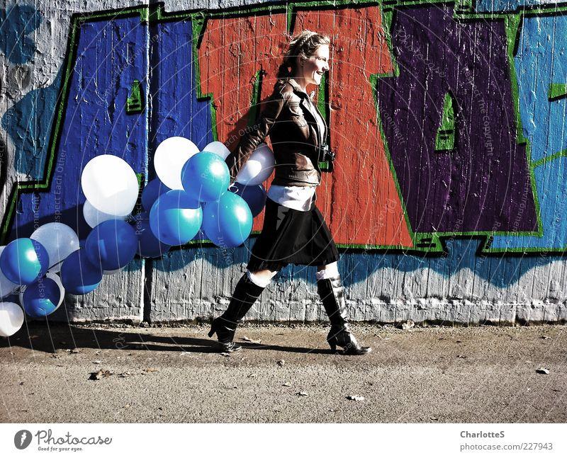 Catwalk Lifestyle feminin Junge Frau Jugendliche Schönes Wetter Mauer Wand Wege & Pfade Leder Stiefel Lederjacke Fotokamera rothaarig Luftballon Beton Zeichen
