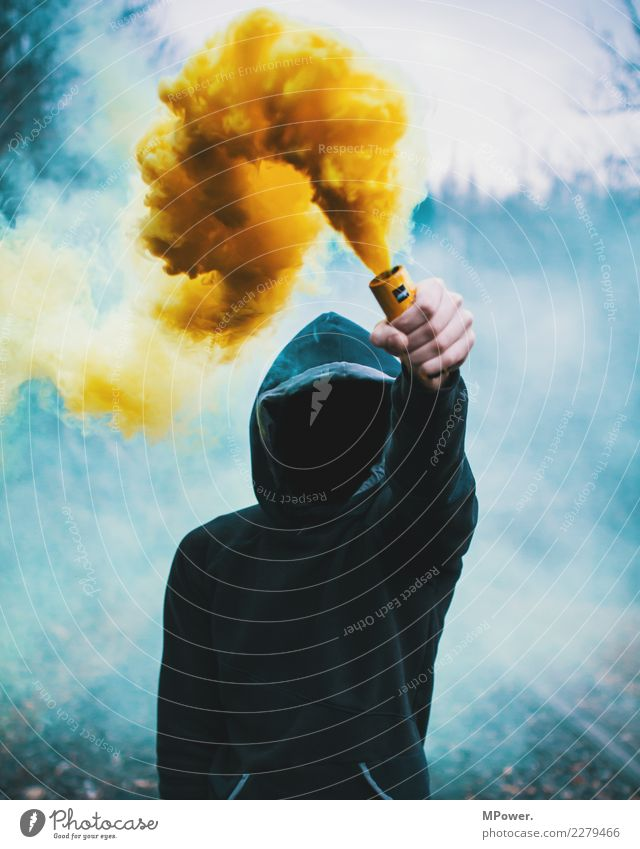 rauchmelder Mensch Mann Erwachsene 1 18-30 Jahre Jugendliche Umwelt Feuer Nebel festhalten dunkel Mut Tatkraft Wut gereizt Frustration trotzig Aggression Gewalt