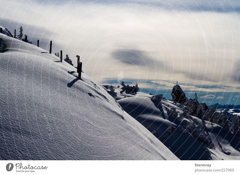 Licht und Schatten Himmel Natur blau weiß Winter Wolken Einsamkeit schwarz Ferne Landschaft kalt Schnee Berge u. Gebirge Wetter Eis Frost