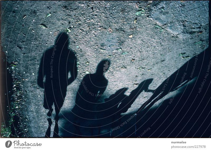 unheimliche Begleiter Mensch Natur dunkel Glück Bewegung Menschengruppe Stimmung Park laufen trist Bodenbelag Zeichen Verkehrswege trashig Schönes Wetter Zusammenhalt