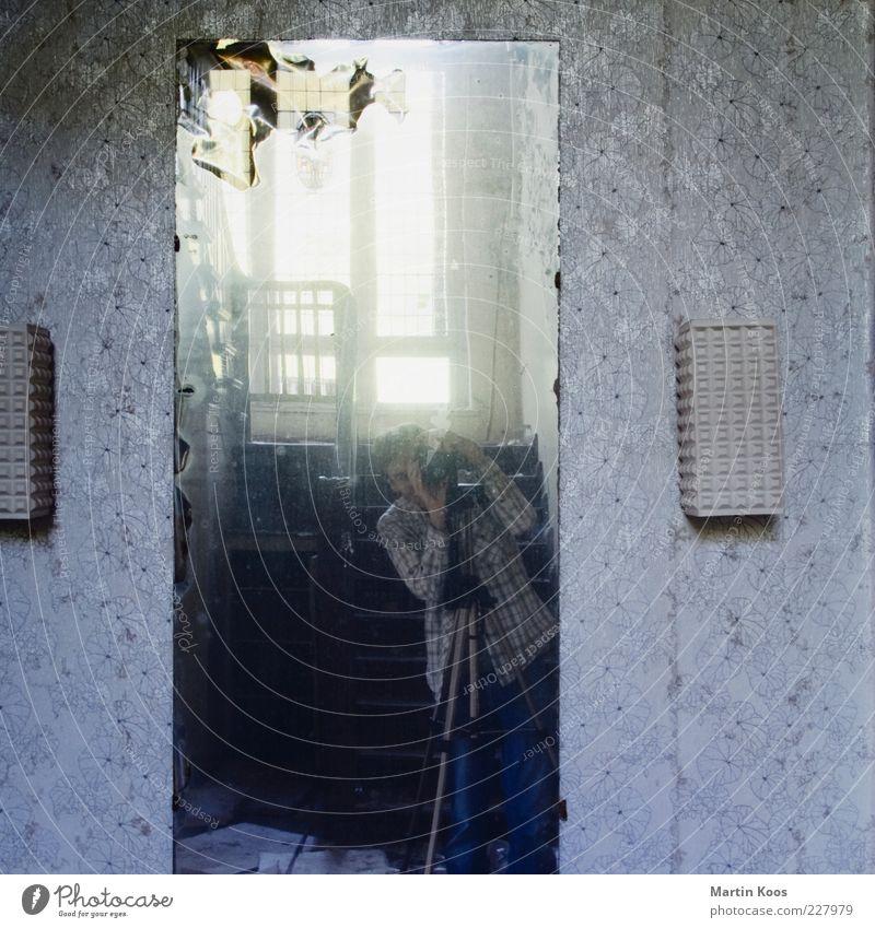 Es-ist-so-gewesen Mensch alt Erwachsene Lampe Raum Fotografie Häusliches Leben retro 45-60 Jahre Spiegel Tapete Nostalgie Fotograf Fotografieren hässlich Selbstportrait