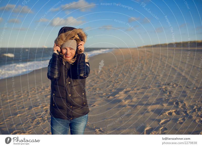 Schönheit, die einen wasserdichten Wintermantel trägt Glück schön Gesicht Freizeit & Hobby Ferien & Urlaub & Reisen Abenteuer Strand Frau Erwachsene Sand Herbst