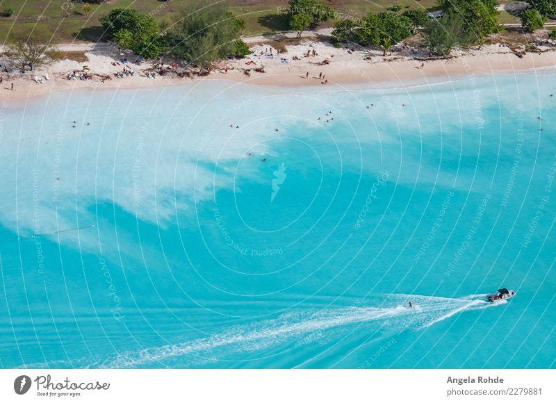 Ein Strand der karibischen Insel Antigua Reichtum Freude Schwimmen & Baden Freizeit & Hobby Wasserski Wasserskifahrer Ferien & Urlaub & Reisen Tourismus Ferne