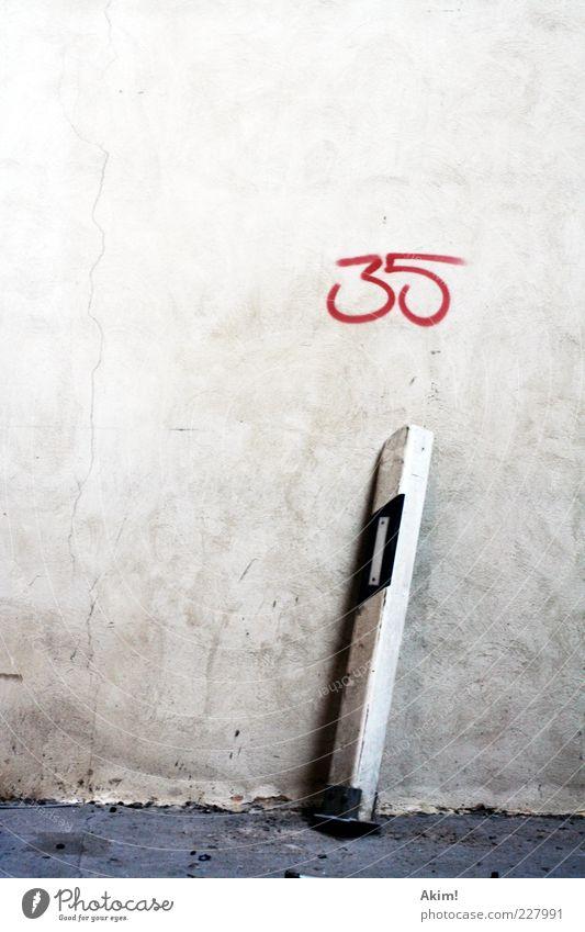 Vollpfosten rot Straße dunkel Wand Graffiti grau Wege & Pfade Arbeit & Erwerbstätigkeit dreckig Fassade Verkehr fahren Ziffern & Zahlen Zerstörung Pfosten