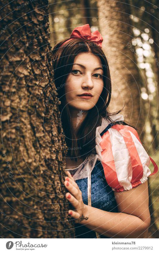 Märchenhaft Mensch Natur Jugendliche Junge Frau Baum Hand Wald 18-30 Jahre Gesicht Erwachsene Leben feminin Holz Haare & Frisuren Kopf träumen