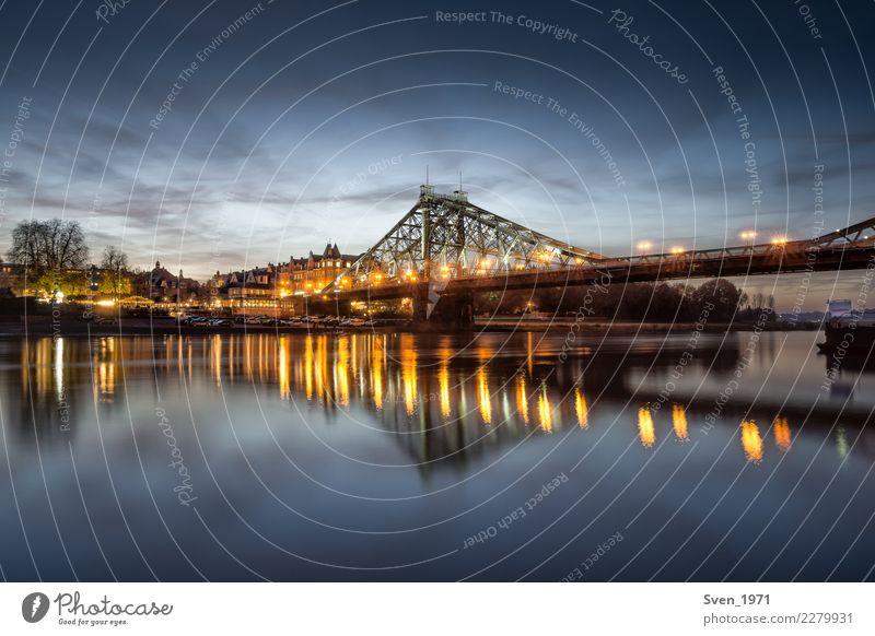 Blaues Wunder Dresden Tourismus Städtereise Sonnenaufgang Sonnenuntergang Flussufer Elbe Deutschland Europa Stadt Stahl blau gelb Loschwitz Dämmerung Farbfoto
