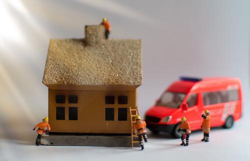 Hausbrand Mensch Weihnachten & Advent rot Fenster Erwachsene Wärme Wand Gebäude Mauer Feste & Feiern Zusammensein Arbeit & Erwerbstätigkeit Häusliches Leben