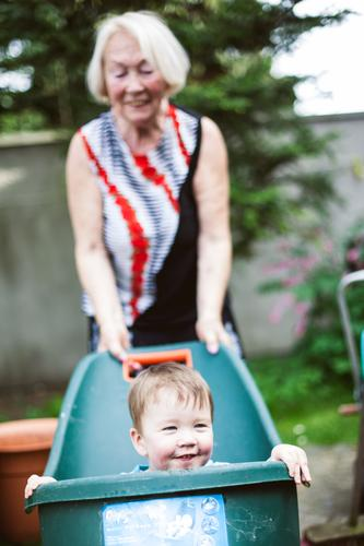 Miniexpress Mensch Kleinkind Weiblicher Senior Frau Großmutter Familie & Verwandtschaft Kindheit Leben 2 1-3 Jahre 60 und älter Spielen alt Freundlichkeit