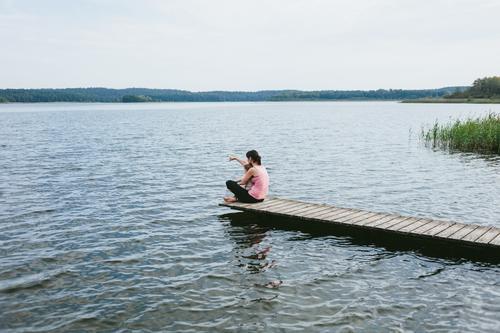 Ich zeig' Dir was. Kind Frau Mensch Natur Ferien & Urlaub & Reisen Jugendliche Junge Frau Sommer Wasser Landschaft Ferne Erwachsene Leben