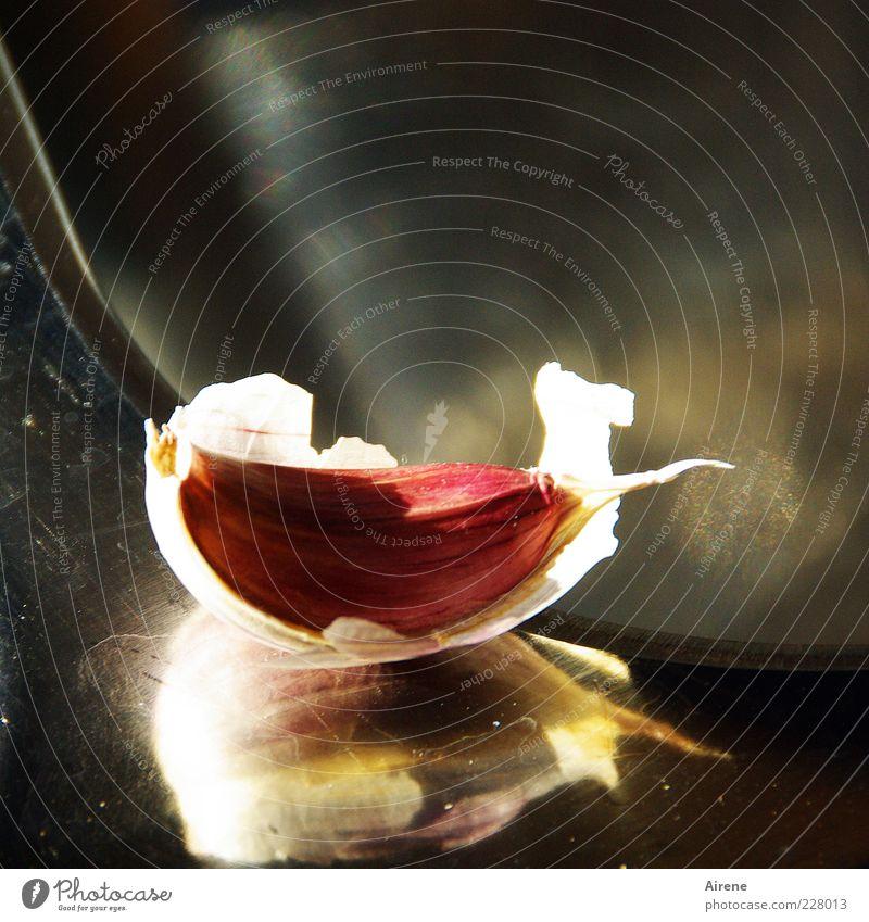 ein Zeh Lebensmittel Kräuter & Gewürze Knoblauch Knoblauchzehe Ernährung Vegetarische Ernährung Metall Duft grau rot silber weiß Geruch Farbfoto Innenaufnahme