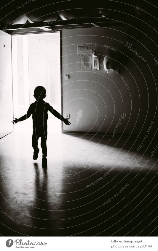 Schattenkind Kind Mensch weiß Einsamkeit dunkel schwarz kalt Bewegung Junge Angst träumen Kindheit laufen gefährlich Vergänglichkeit Kleinkind