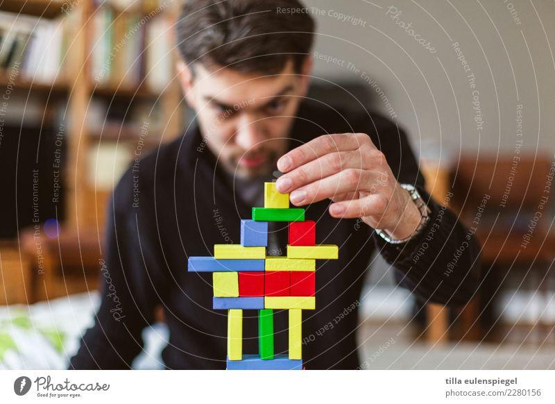 Baumeister Freizeit & Hobby Spielen Kinderspiel maskulin Mann Erwachsene Vater Leben 1 Mensch 30-45 Jahre Spielzeug Holz bauen berühren festhalten Blick eckig