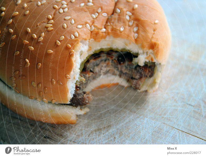 Burger Lebensmittel Fleisch Brötchen Ernährung Fastfood lecker Fett ungesund Hamburger Cheeseburger herzhaft beißen Farbfoto Nahaufnahme Menschenleer