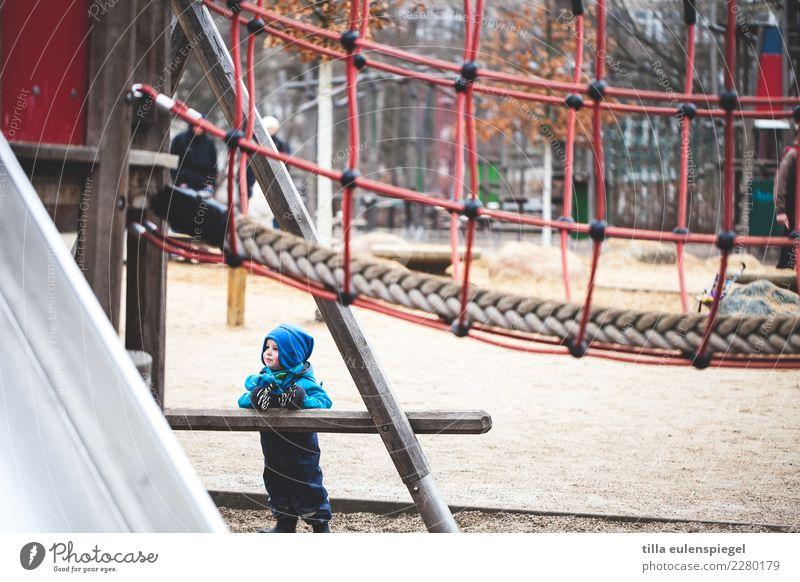 Kleiner Mann, was nun? Kind Mensch blau Winter kalt klein Spielen Ausflug Freizeit & Hobby Zufriedenheit Kindheit stehen Lächeln warten beobachten Coolness