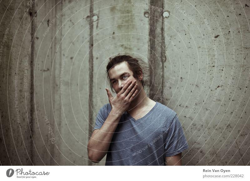 Stadtporträt Mensch maskulin Mann Erwachsene 1 18-30 Jahre Jugendliche Mauer Wand Beton Hand Farbfoto Gedeckte Farben Außenaufnahme Zentralperspektive Porträt