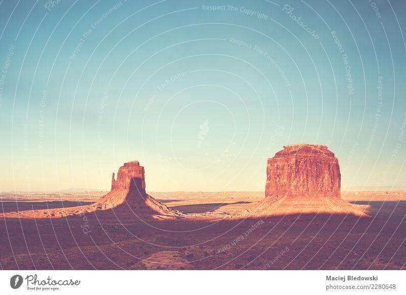 Farbe getönten Sonnenuntergang über dem Monument Valley, USA. Ferien & Urlaub & Reisen Tourismus Ausflug Abenteuer Sightseeing Expedition Sommerurlaub Natur