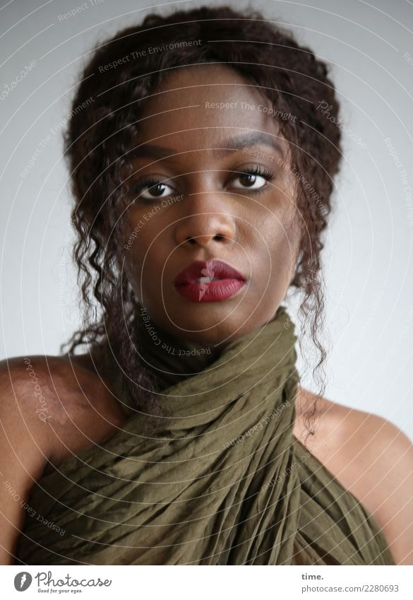 Arabella feminin Frau Erwachsene 1 Mensch Stoff Tuch brünett langhaarig Locken beobachten Denken Blick schön selbstbewußt Kraft Willensstärke Mut Wachsamkeit