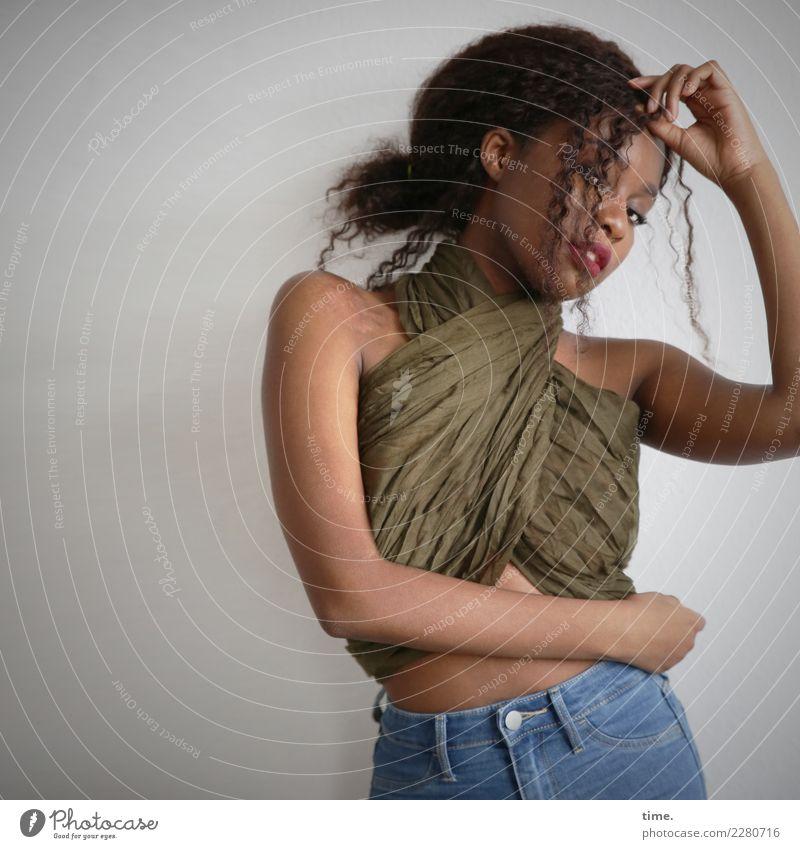 . Frau Mensch schön Erwachsene Leben Bewegung feminin Haare & Frisuren Stimmung ästhetisch stehen beobachten Neugier festhalten Stoff Leidenschaft