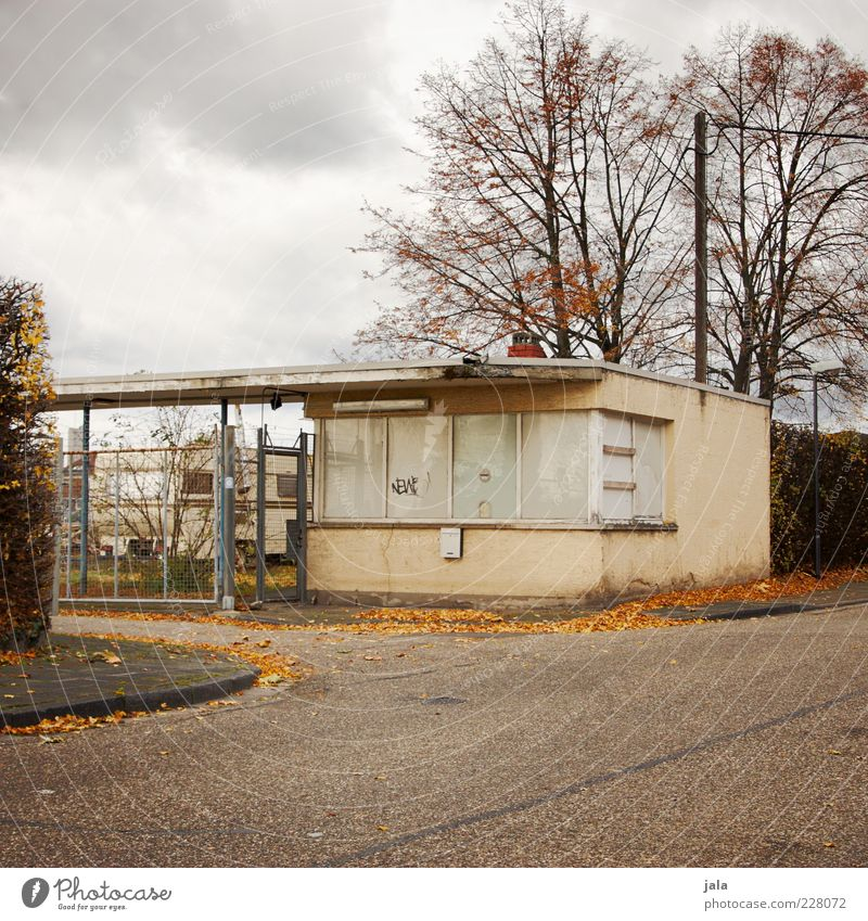 pförtnerhaus Himmel Wolken Herbst Pflanze Baum Menschenleer Haus Bauwerk Gebäude Architektur Straße trist Einfahrt Zufahrtsstraße Gelände Farbfoto Außenaufnahme