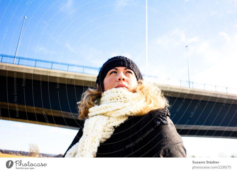 Suse feminin Frau Erwachsene Kopf Haare & Frisuren 1 Mensch Blick Zufriedenheit Tapferkeit selbstbewußt Optimismus Schal Mütze Winter Brücke himmelblau Laterne